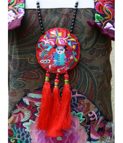 Magnifique collier ethnique brodé d'un personnage naïf et pompons rouges